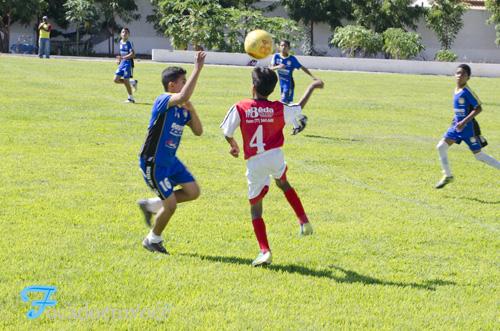 Resultado de imagem para garotos jogando bola